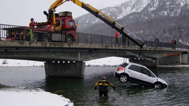 Bergungsaktion mit Kran und Polizeitaucher (Kapo Graubünden)