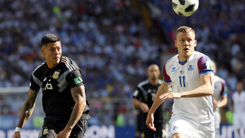 Alfred Finnbogason von Island (rechts) und Marcos Rojo von Argentinien während des Auftaktspiels der Gruppe D an der WM 2018.