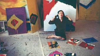 Teruko Yokoi umgeben von ihren Werken im Chelsea Hotel, New York, 1959.