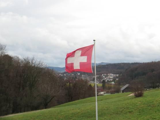 Hier die Fahne von der Schweiz, doch alle Fahnen in dieser Welt sollen uns  sagen, das ist auch die Fahne vom Frieden auf Erden.
