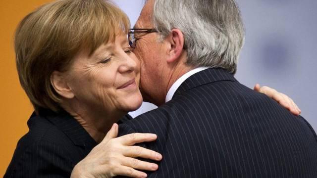 Merkel mit dem Topkandidaten der Konservativen Jean-Claude Juncker