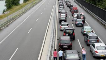 Stau auf dem Weg in den Süden: Fahrzeuge auf der A2 bei Erstfeld