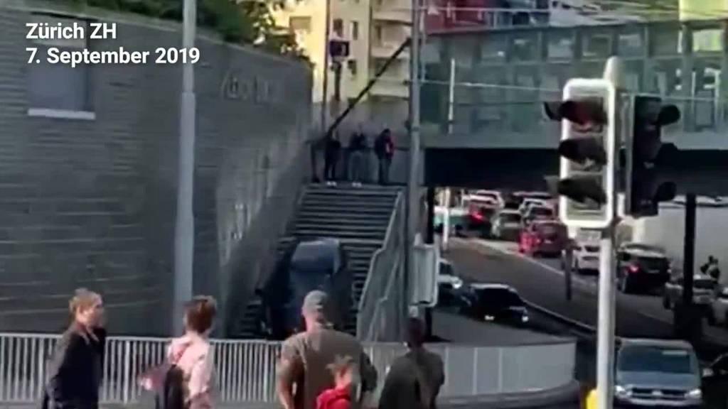 Auto fährt bei Sihlcity Treppe hinunter