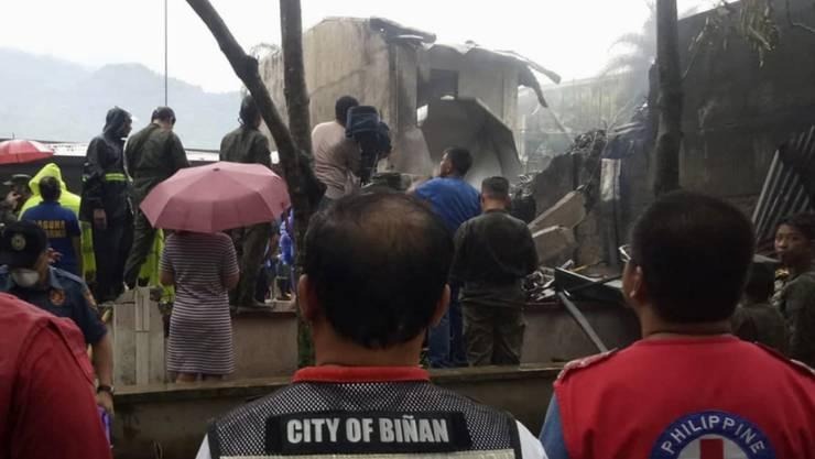 Beim Absturz eines Kleinflugzeuges auf den Philippinen sind neun Menschen ums Leben gekommen. Augenzeugen berichteten in lokalen Medien, das Flugzeug sei niedrig geflogen, habe noch versucht, aufzusteigen. Dann habe es eine Explosion gegeben.