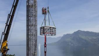 Der 20 Meter hohe Glasturm wurde am Mittwoch in Hergiswil NW bei der Glasi am Vierwaldstättersee montiert.
