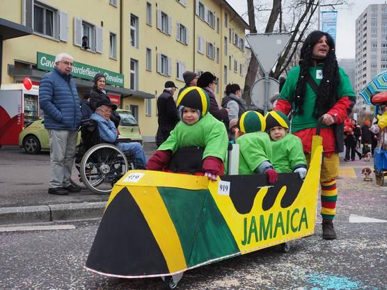 Die Kinderfasnacht in Wettingen lockt jedes Jahr Hunderte von Familien an. Im Bild der 4er-Bob aus Jamaika.