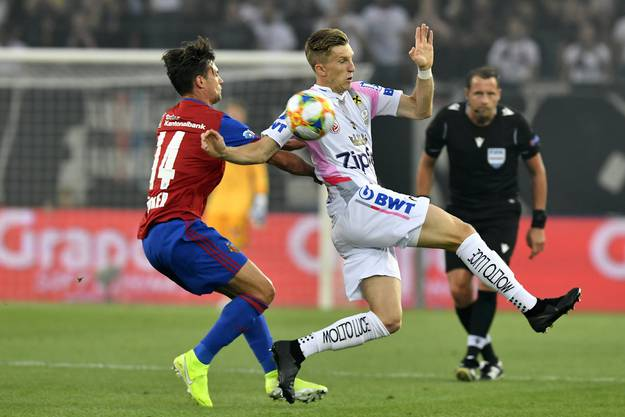 Valentin Stocker (l.) will nicht, dass Philipp Wiesinger (r.) weiterdribbeln kann.