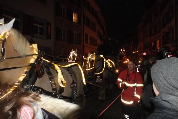 """Der Sechsspänner des """"Feldschlösschens"""" erreicht die Altstadt"""