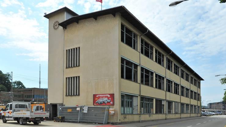 Das Gebäude war früher eine Kleinmotor- und Lehrlingswerkstatt. Es steht nur noch bis nächste Woche.