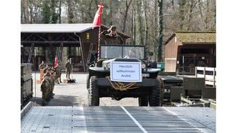 Oberst im Generalstab Nico Jungo fährt nach der Verabschiedung über die neue 46-Meter-Unterstützungsbrücke weg.