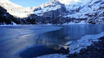 Wintermärchenlandschaft: Auf dem Oeschinensee im Berner Kandertal kann man seit Samstagmorgen wieder Eislaufen.