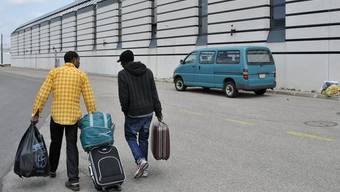 Zwei Asylbewerber verlassen das Zentrum in La-Chaux-de-Fonds (Archiv)