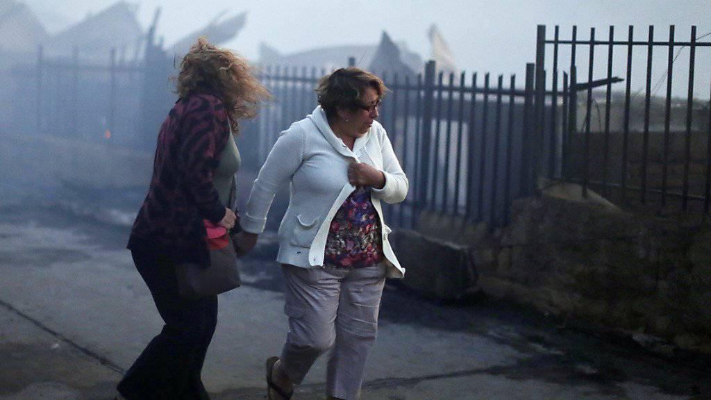 Fassungslos vor den Trümmern ihrer Häuser: Frauen in  Valparaíso besichtigen, was vom Brand übrig geblieben ist.