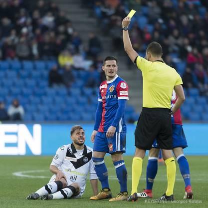 Schiedsrichter Sandro Schaerer zeigt Basels Taulant Xhaka die gelbe Karte nach dessen Foul an Luganos Davide Mariani.
