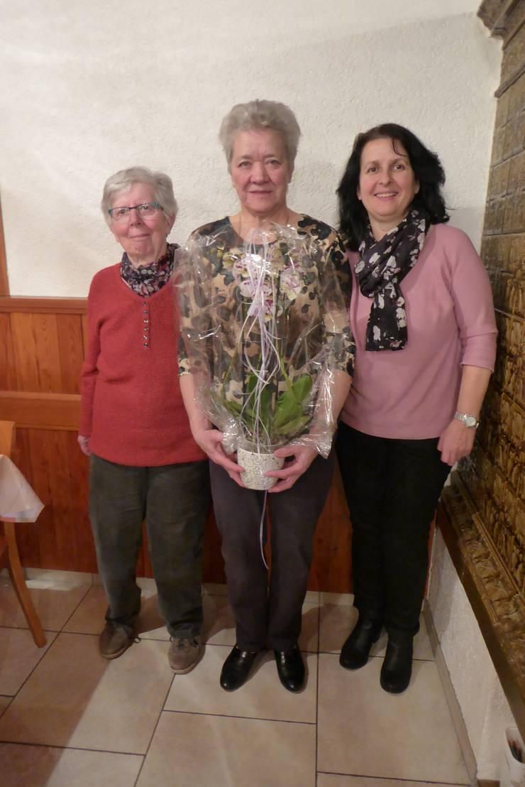Treue Mitglieder: Ehrenpräsidentin Vreni von Arx ( mitte, seit 60 Jahren aktiv), Ehrenmitglieder Annamarie Meier (links) und Christine Wittmer (rechts).