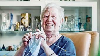 Heidi Zimmermann, 72, strickt ein Kinderpullöverli zu Weihnachten.