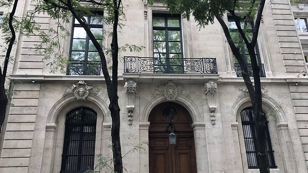 ARCHIV - Der Eingang eines Hauses in Manhattan an der noblen Upper East Side. Das vierstöckige Anwesen gehörte dem schwerreichen Finanzier Jeffrey Epstein. Foto: Benno Schwinghammer/dpa