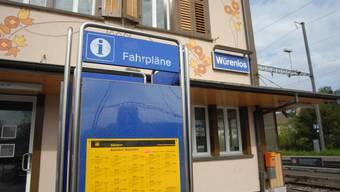 Bahnhof: Auf der Fahrplantafel hat es noch Platz für den Ortsbusfahrplan. (Walter Schwager)