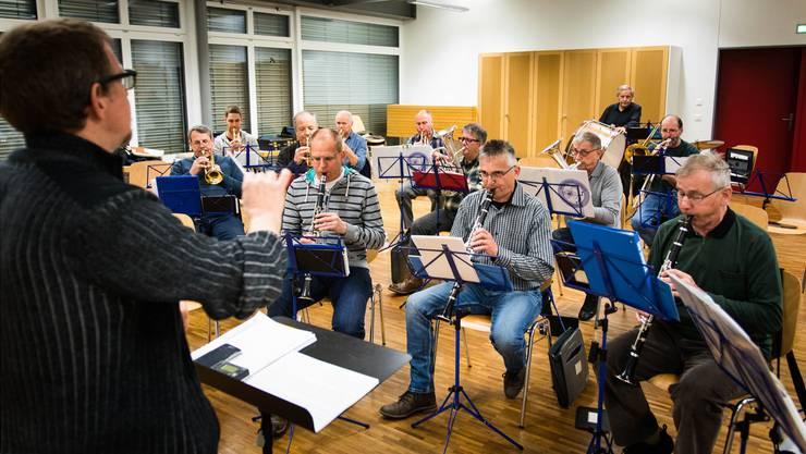 Weil die Musikgesellschaften Oberwil und Zufikon gemeinsam proben, hat Dirigent Gilbert Théraulaz wieder etwas mehr Musikantinnen und Musikanten vor sich.