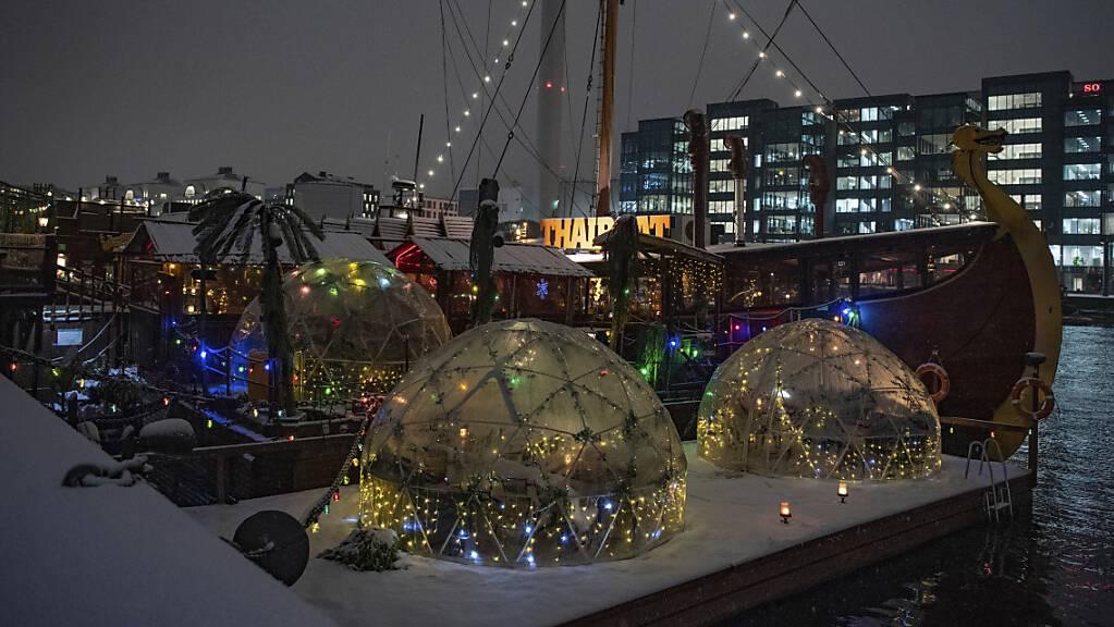 Im Restaurant Thaiboat können Gäste in beheizten Iglus speisen. Das Restaurant selbst befindet sich auf einem Schiff, die Iglus sind an der Anlegestelle auf einem Pier aufgebaut. Foto: Carl-Olof Zimmerman/TT News Agency/AP/dpa