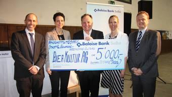Anerkennungspreis für die Bierkultur AG. V.l.: SGSo-Präsident Tobias Jakob, SGSo-Geschäftsführerin Caroline Jäggi, Preisträger Alex Künzle sowie Diana Schor-Hayoz und Jean-Marc Bürgi vom Preissponsor Baloise Bank SoBa.