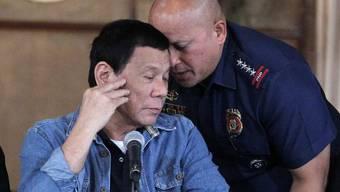 Der philippinische Präsident Rodrigo Duterte (l.) und Polizeichef Ronald Dela Rosa am Montag vor den Medien in Manila.