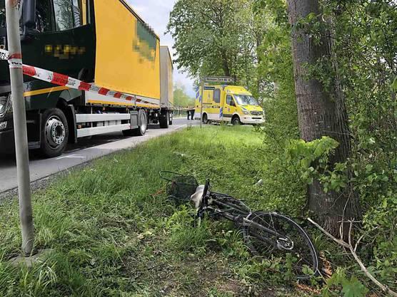 Altstätten SG, 16. Mai: Ein 83-jähriger E-Bike-Fahrer ist in Altstätten tödlich verunglückt. Der Mann fuhr kurz vor Mittag von einem Veloweg auf die Strasse und übersah dabei einen von hinten kommenden Lastwagen.
