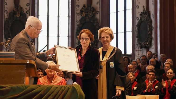 Mit dem erstmals verliehenen Alumni-Preis der Uni Basel wurde Regierungsrätin Eva Herzog ausgezeichnet.