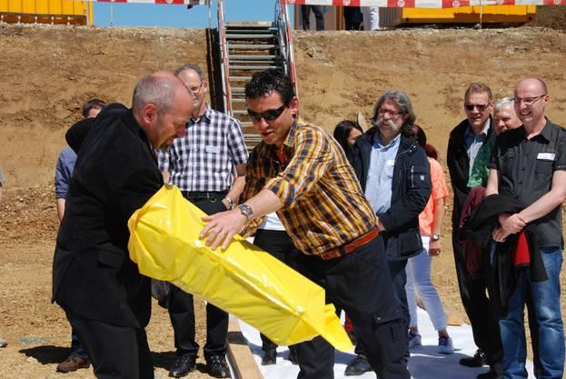 Martin Brunner (links) und Werkhofchef Christian Wyss packen den Grundstein in einen Ghüdersack