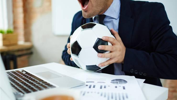 Der Arbeitgeber bestimmt, ob Fussballschauen im Büro möglich ist.