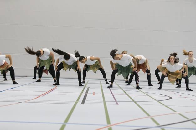 Tanzeinlage zur Eröffnung der Dreifachturnhalle der Kantonsschule Wettingen - speziell: sie liegt im Untergrund, unter dem künftigen Fussballfeld. (7. September 2018)
