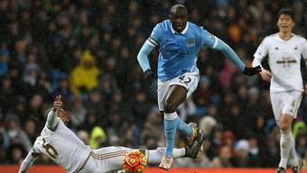 Yaya Toure lässt die Swansea-Spieler stehen und trifft später zum 2:1-Siegtor