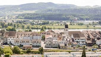 Blick vom Rebberg auf das Städtchen Klingnau und den Klingnauer Stausee dahinter.