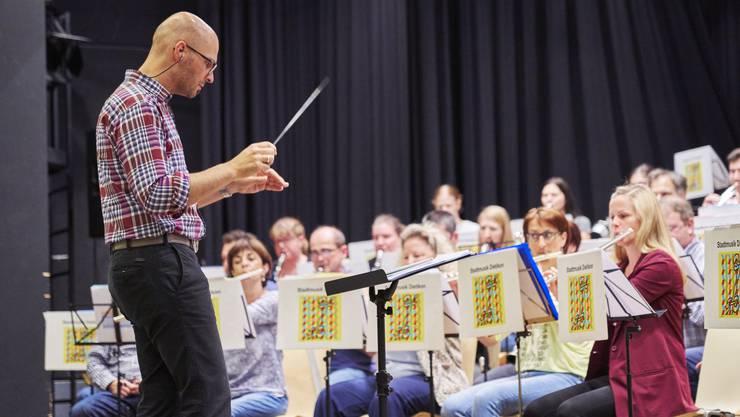 Der Dirigent Marco Nussbaumer verleiht mit der Stadtmusik Dietikon den Stücken noch den finalen Schliff: die Probe am Mittwochabend.