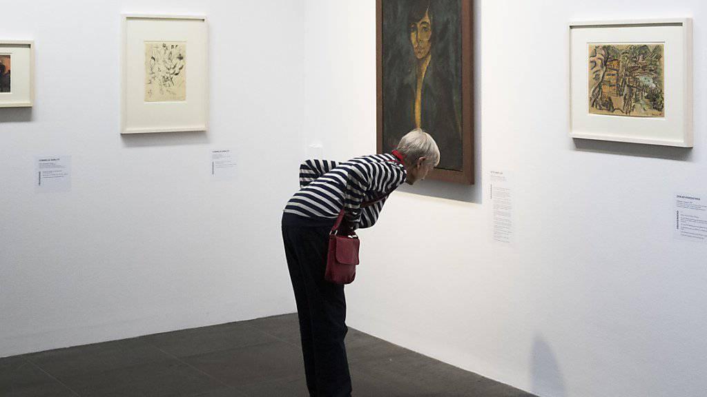Eine Besucherin der Ausstellung «Bestandesaufnahme Gurlitt» betrachtet am Mittwoch im Berner Kunstmuseum das Bildnis «Maschka» von Otto Mueller.