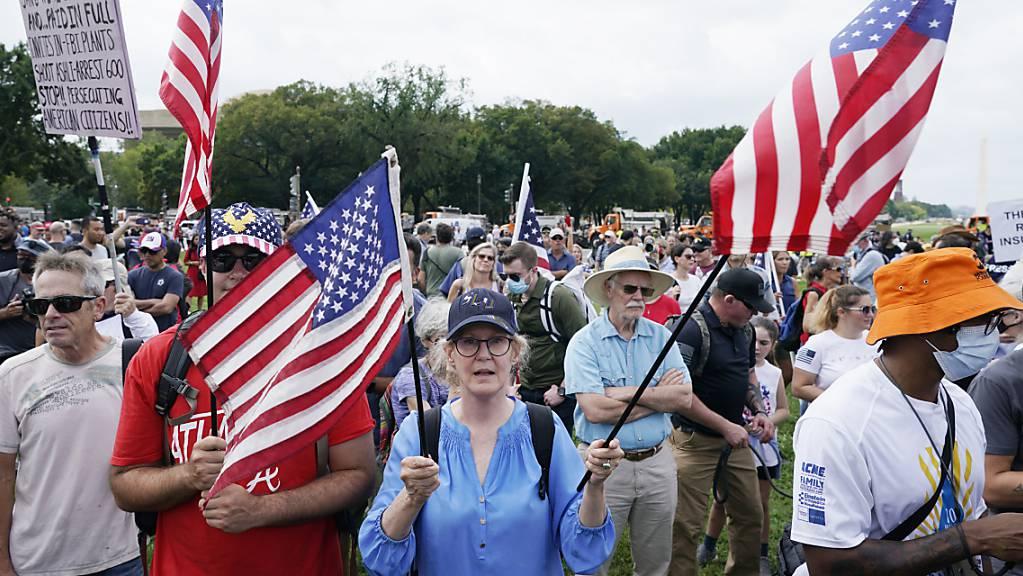 Anhänger des ehemaligen US-Präsidenten Trump nehmen an einer Demonstration in der Nähe des Kapitols in Washington teil. Foto: Gemunu Amarasinghe/AP/dpa