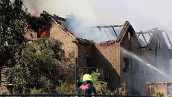 Der Brand einer Böschung in Siegburg griff auf mehrere Häuser direkt an der Bahnlinie Köln-Frankfurt über.