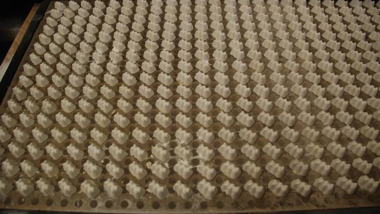 Diese Platten werden ins Maispuder gedrückt, um ein Gummibären-Negativ zu erzeugen