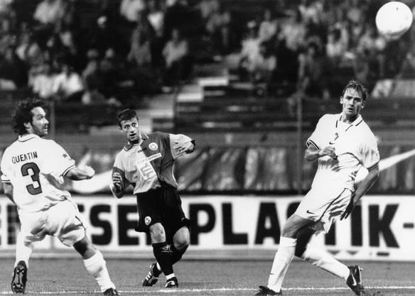Arif Erdem von Galatasaray Istanbul schiesst im Qualifikationsspiel der Champions League gegen den FC Sion am 13. Sogar bei einem Spiel gegen den türkischen Club Galatasaray war Wolf dabei. Im August 1997 kickte er für den FC Sion.