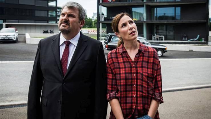 Luc Conrad (Mike Müller) und Anna-Maria Giovanoli (Barbara Terpoorten) planen einen grossen Schritt.SRF/Sava Hlavacek