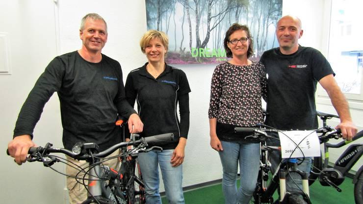 Markus Erb (v.l.) und Irene Fehlmann von X-Dreambike sowie Jolanda und Daniel Schneeberger von Daniel's Werkstatt.