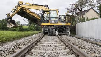 Ein Bauzug ist zwischen Wädenswil ZH und Samstagern ZH in einen Gleisbagger gekracht und dabei entgleist.