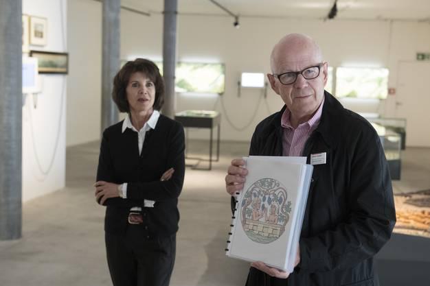 Los geht die Tour im «Melonenschnitz» des Historischen Museums, wo die beiden Stadtführer Ueli Burkhard und Pia Kriese Relikte aus 2000 Jahren Bädergeschichte vorstellen.