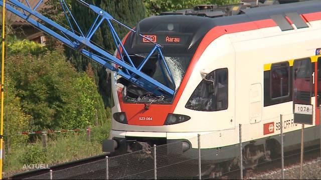Schinznach-Bad: Baukran stürzt auf Regionalzug