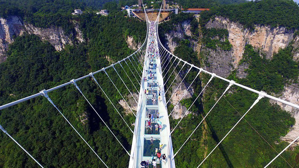 Die 430 Meter lange Brücke führt in bis zu 300 Metern Höhe über einen Canyon in den Zhangjiajie-Bergen.