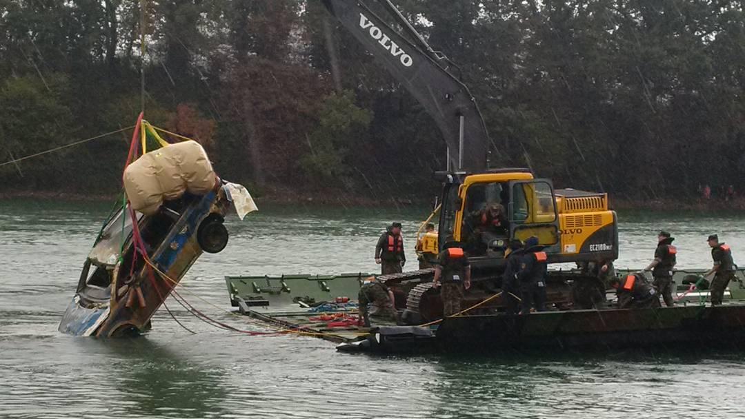 Deutsches Polizeiauto in Mumpf aus dem Rhein geborgen