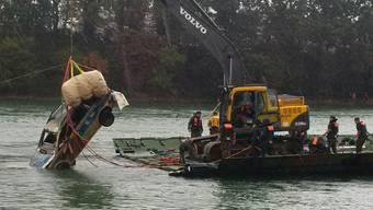Mit Hilfe vom Schweizer Militär wurde ein Deutsches Polizeiauto aus dem Rhein geborgen. Das Fahrzeug verschwand im Juni 2013. Polizeibeamte vergassen bei einer Kontrolle die Handbremse zu ziehen. Ein Hobbytaucher entdeckte das Wrack rund zwei Kilometer entfernt von der Unglückstelle.