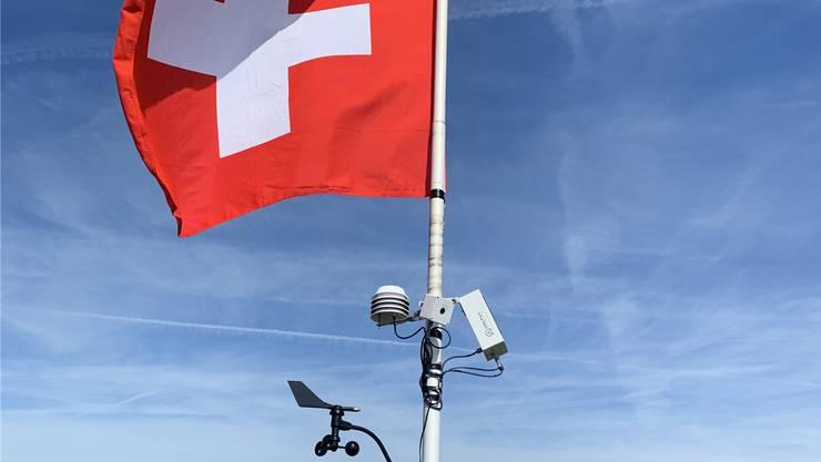 Fahne und Wetterstation an Goran Nedics Mast auf dem Vogelberg. Bild: zvg