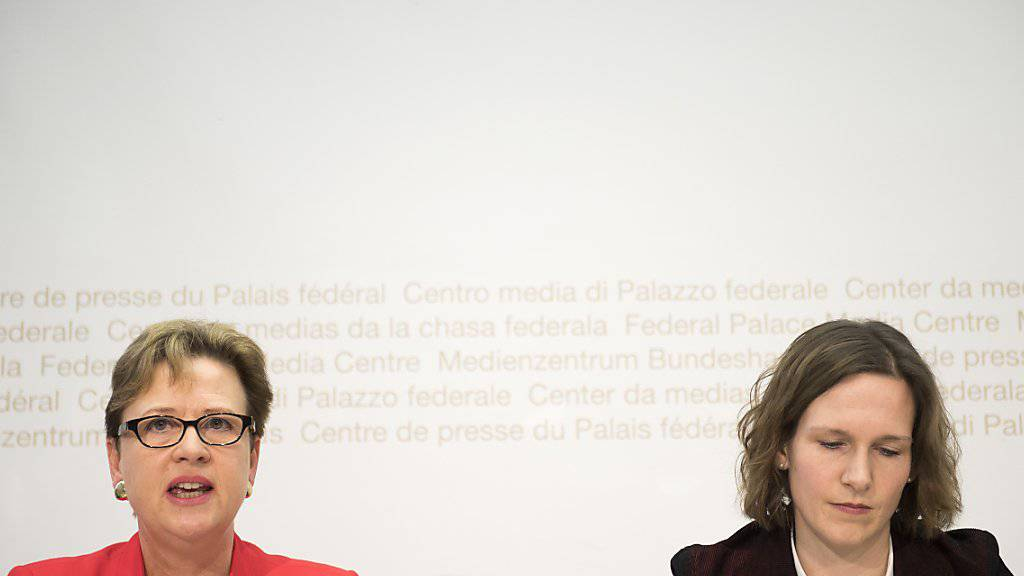 Nach Ansicht der SP-Nationalrätinnen Edith Graf-Litscher (links) und Evi Allemann würden die Autofahrer zu wenig an den Strassenfonds NAF zahlen.