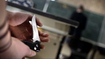 Gemäss der Schweizer Kriminalstatistik wird jedes zweite Tötungsdelikt durch Hieb- und Stichwaffen begangen. (Symbolbild)